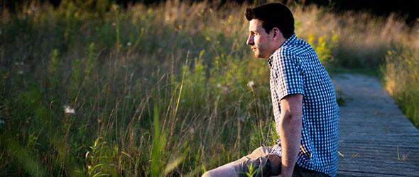 Macht der Gedanken: Junger Mann in der Natur