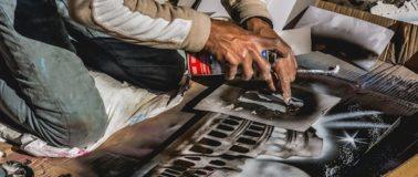 Berufung finden: Kuenstler malt Bild