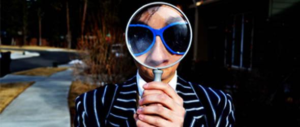 Was will ich wirklich: Mann mit Sonnenbrille schaut durch eine Lupe